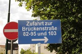 Ausschilderung der Zufahrtsituation Brückenstraße steht