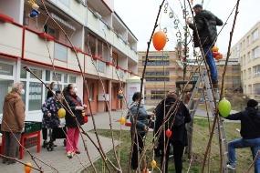 Osterbaum vor dem Bürgerzentrum